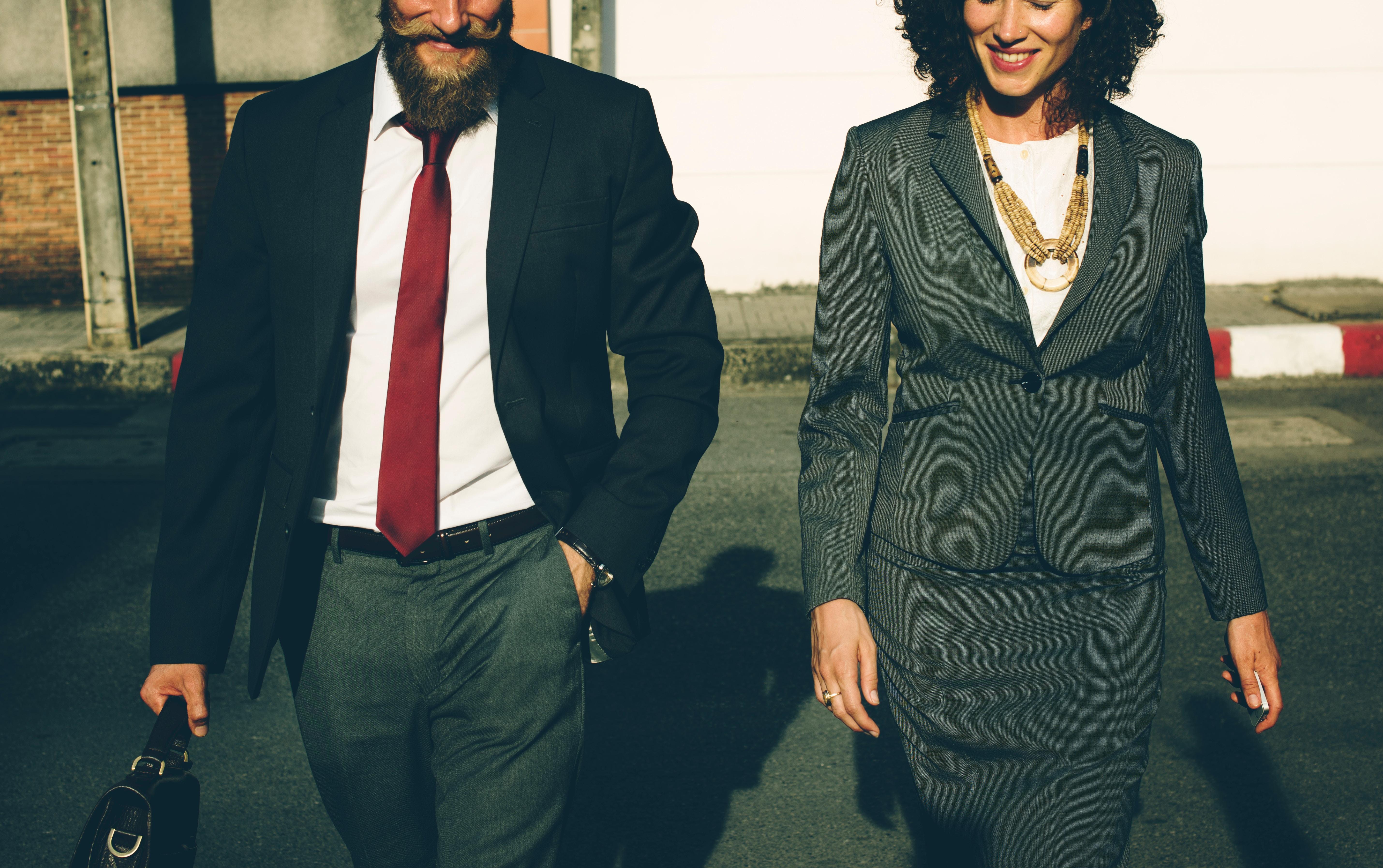 man en vrouw in suits
